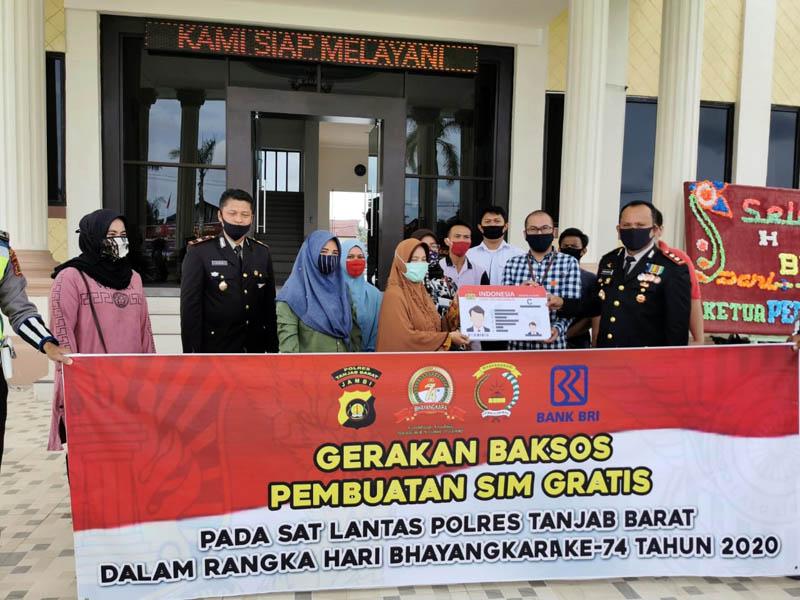 FOTO : Dokumentasi Penyerahan SIM Gratis Oleh Kapolres Tanjab Barat AKBP Guntur Saputro, SIK, MH di Hari Hut Bhayangkara ke 74 dari Polres Tanjab Barat, Rabu 1 Juli 2020