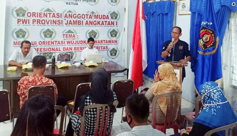 FOTO : PWI Provinsi Jambi Gelar Orientasi Anggota Muda Wartawan PWI Angkatan I 2020 di Kantor Sekretariat PWI Jambi, Jalan Jakarta Ujung Kota Baru Jambi, Sabtu (04/07/20).