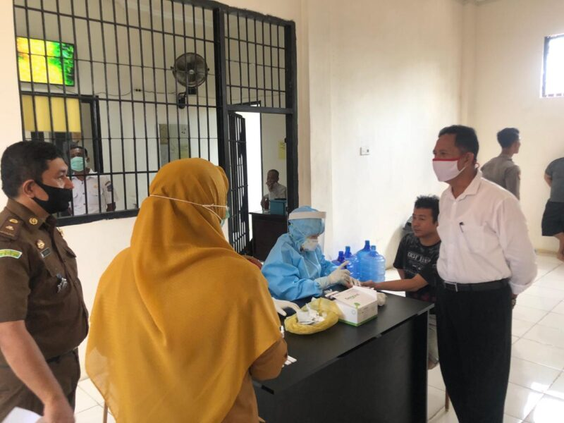 FOTO : Kejaksaan Negeri Tanjung Jabung Barat kembali melakukan rapid tes terhadap 10 orang tahanan yang berada di Polres Tanjab Barat, Selasa (07/07/20).