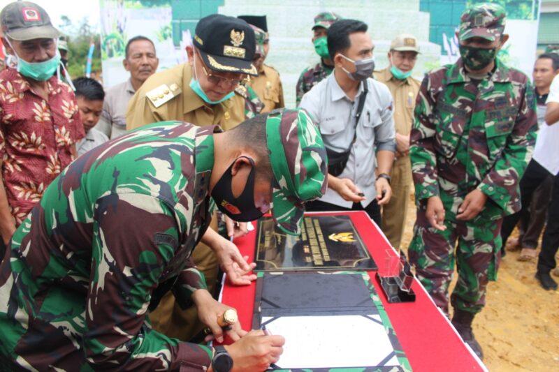 FOTO : penandatangan hasil pekerjaan antara Pangdam II/Sriwijaya Mayjen TNI Irwan, S.I.P., M.Hum dengan Bupati Sarolangun Drs. H. Cek Endra, Selasa (07/07/20)