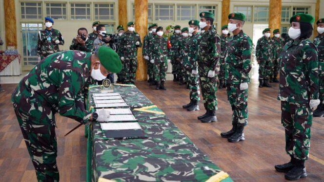 FOTO : Danrem 042/Garuda Putih Brigjen TNI M Zulkifli, S.IP, MM melakukan rotasi dan promosi 7 Perwira Menengah Korem 042/Gapu di Balai Prajurit Makorem 042/Gapu Jambi, Rabu (08/07/20).