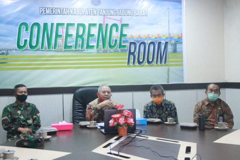 FOTO : Bupati Tanjung Jabung Barat Dr. H. Safrial Saat Gelar Webiner Seris Pemkab Tanjab Barat bersama SKK Migas-PetroChina dari ruang rapat Bupati. Kamis (09/07/20).