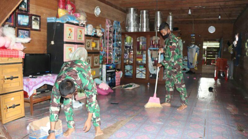 FOTO : PRADA Syaifullah dan PRATU Dedi Styoko Membersihkan Rumah Orang Tua Asuh Sebelum Berangkat ke lokasi Pengerjaan kegiatan TMMD.pada Sabtu pagi (11/07/20)