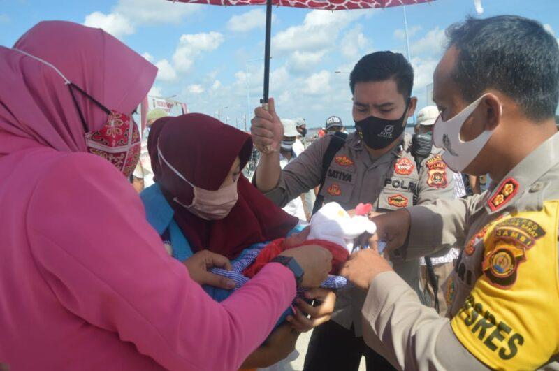 FOTO : Kapolres Tanjab Barat AKBP Guntur Saputro Saat Berada di Pelabuhan LASDP Kuala Tungkal, Sabtu (11/07/20).