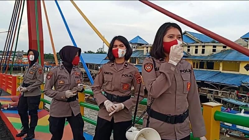 FOTO : Tim Pelangi Polwan Polres Tanjab Barat Ketika Sampaikan Himbauan di Objek Wisata Water Front City (WFC) Kuala Tungkal., Sabtu (11/07/20)
