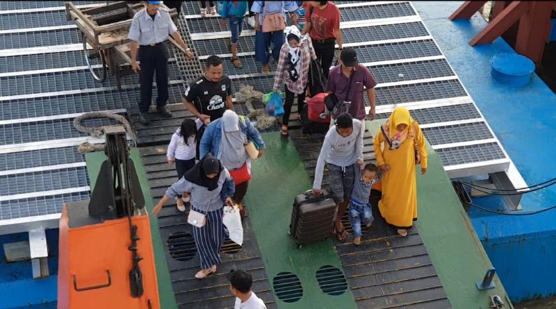 FOTO : Aktivitas Penumpang di Pelabuhan Penyeberangan Roro Kuala Tungkal