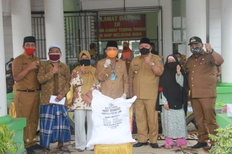 FOTO : Bupati saat dampingi Gubernur Jambi Fachrori Umar salurkan bantuan Jaring Pengaman Sosial (JPS) tahap kedua untuk warga terdampak Covid-19 di Kecamatan Tebing Tinggi, Senin (12/07/2020)