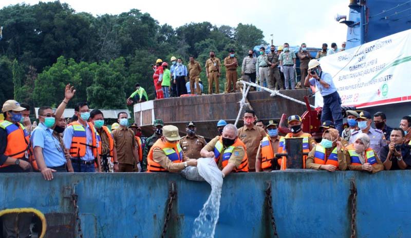 Gubernur Jambi Fachrori Umar bersama Bupati Tanjung Jabung Barat Safrial serta PT Lontar Papyrus Pulp & Paper Industry (LPPPI) dan PT Wirakarya Sakti (WKS) melakukan tabur benih ikan tawar, Senin (14/07/20)