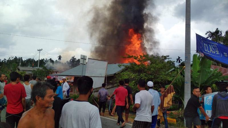 FOTO : Si Jago Merah Lalap Dua Rumah Warga di Merlung