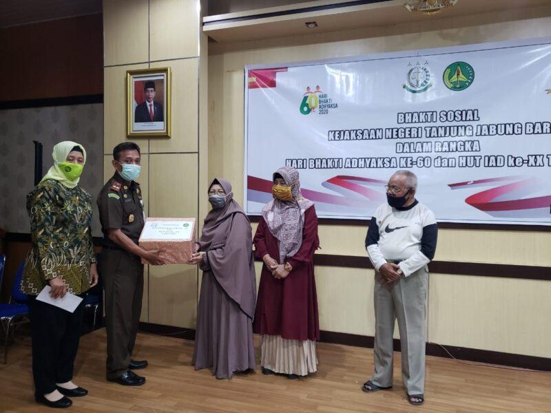 FOTO : Kajari, Tri Joko didampingi Istri selaku Ketua IAD Tanjabbar Menyerahkan Bansos Kepada Salah Seorang Purnaja Kejaksaan Negeri Tanjab Barat, Rabu (15/07/20).