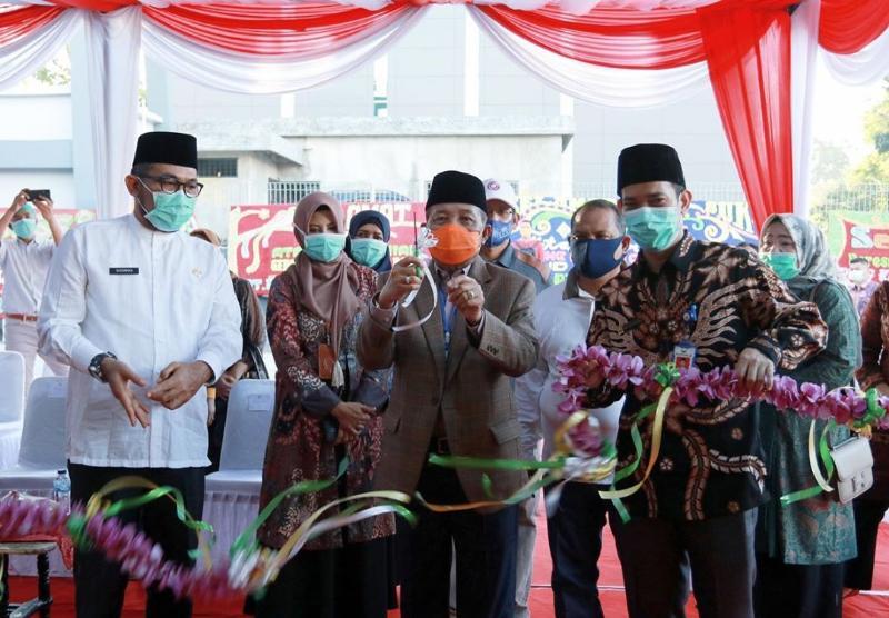 FOTO : Gubernur Jambi, Fachrori Umar Memotong Pita Meresmikan Gedung Isolasi Rumah Sakit Raden Mattaher Jambi, Jumat (17/07/20).