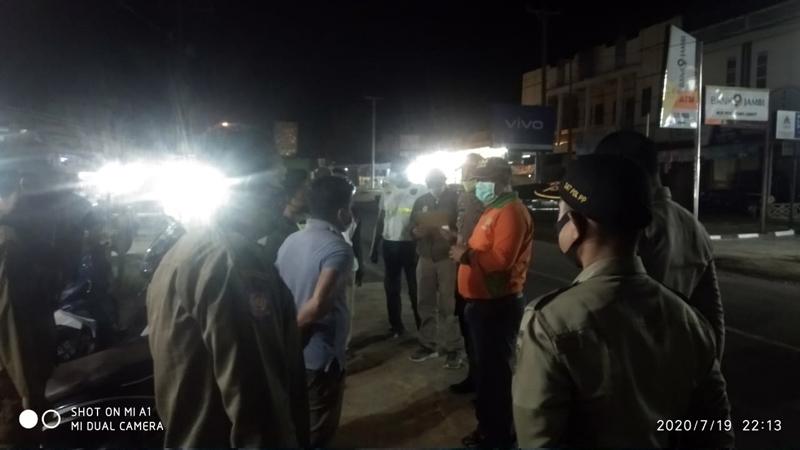 FOTO : Tim Gugus Tugas Penanganan Covid-19 Kecamatan Betara Melakukan Sosialisasi, Minggu malam (19/07/20).