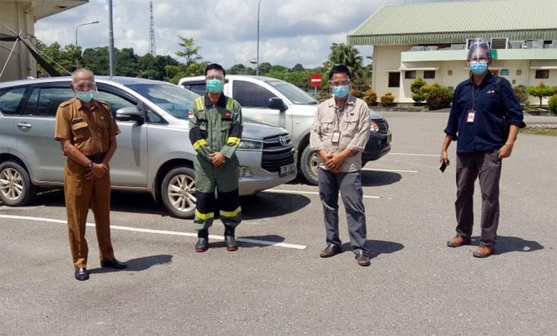 FOTO : Jubir Gugus Tugas Covid-19 Tanjab Barat, Ir. H. Taharuddin (Kiri) Menghadiri Pelaksanaan Uji Swab ke dua terhadap 108 Karyawan PetroChina di BGP Betara, Selasa (21/07/20).