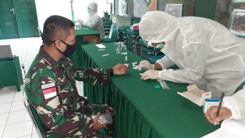 FOTO : Pelaksanaan Rapid Tes tahap satu Terhadap Satgas Pamtas RI-RDTL sektor Timur Yonif Raider 142/KJ saat menjelang berakhirnya tugas mereka di wilayah perbatasan Indonesia - Timor Leste