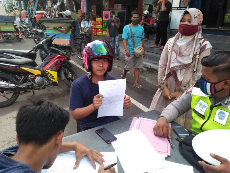 FOTO : Salah Satu Pengendara Membuat Surat Pernyataan Dihadapan Petugas Satlantas Polres Tanjab Barat, Jumat (24/07/20)