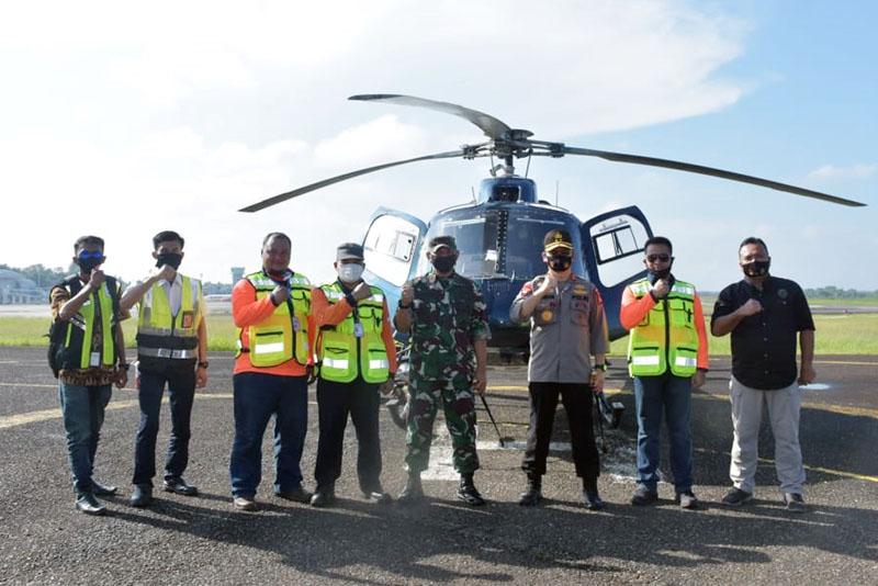 FOTO : Danrem 042/Garuda Putih Brigjen TNI M. Zulkifli bersama Kapolda Jambi Irjen Pol Firman Shantyabudi Melaksanakan Patroli Udara Menggunakan Helikopter Memantau Karhutla di wilayah Provinsi Jambi, Jum'at (24/07/20).