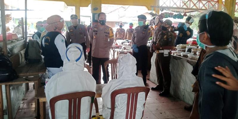 FOTO : Petugas Tengah Bersiap Untuk Melakukan Rapid Tes di Pasar Parit III Kuala Tungkal, (Senin 27/07/20)