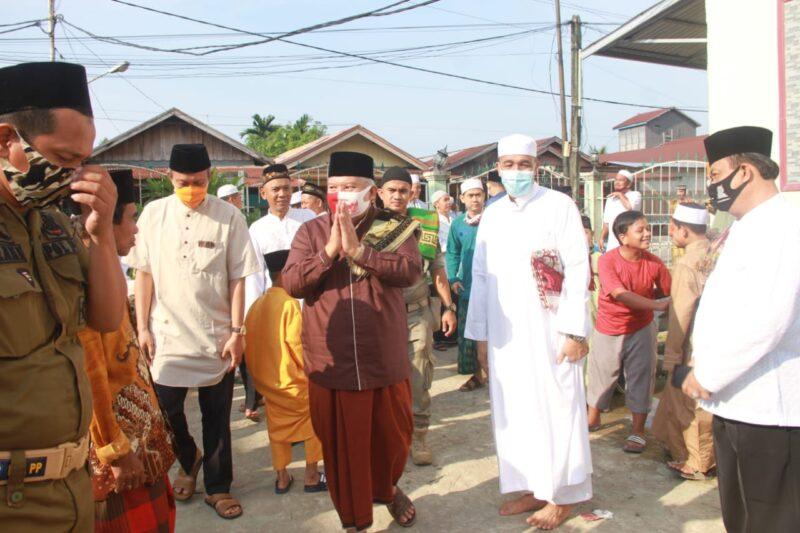 FOTO : Bupati Tanjab Barat Dr. H. Safrial beserta jajaran Forkopimda Tanjung Jabung Barat Sholat Idul Adha 1441 Hijriah di Masjid Agung Al-Istiqomah, Jumat (31/07/20)
