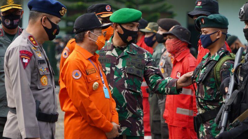FOTO : Gubernur Fachrori Umar Memimpin Apel Pemberangkatan Pencegahan dan Pemadaman Kebakaran Hutan dan Lahan (Karhutla) Tahun 2020 di lapangan apel Makorem 042/Gapu Minggu (02/08/20)