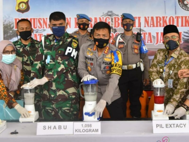 FOTO : Kapolresta Jambi menggelar Pemusnahan barang bukti Narkotika jenis Shabu sebanyak 1,098 kg, Ekstasi sebanyak 142,97 gram, Ganja sebanyak 25,85 kg, Kamis (30/07/20)