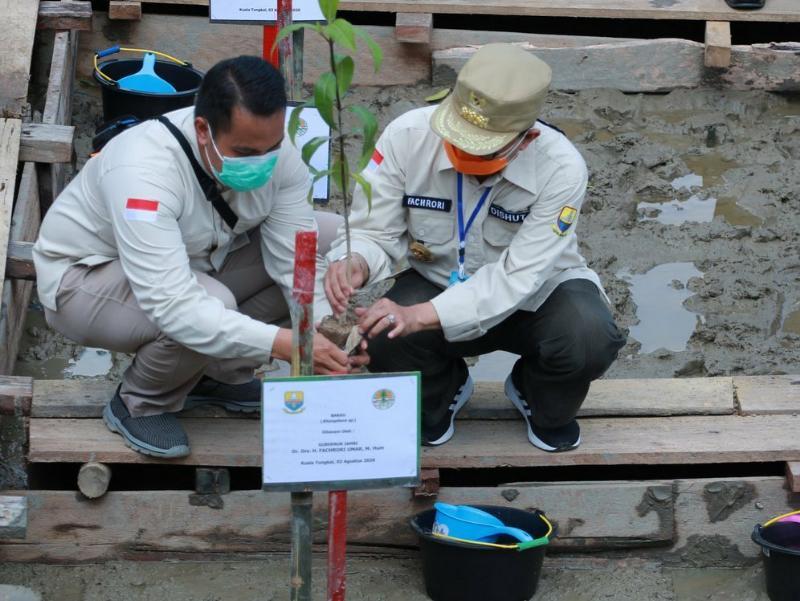 FOTO : Fachrori Saat Menanam Mangrove pada Peringatan Hari Mangrove se Dunia Tingkat Provinsi Jambi Tahun 2020 di Pelabuhan Roro Kuala Tungkal, Kabupaten Tanjung Jabung Barat, Senin (03/08/20)