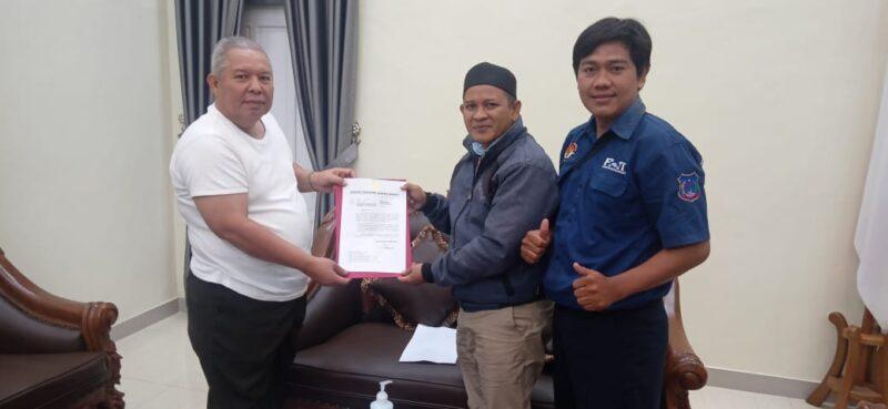 FOTO : Bupati Tanjab Barat Dr. H. Safrial Memberikan Surat Dukungan Kepada Ketua Umum FHT Hendra Novariadi, S.Kom, Selasa (04/08/20).