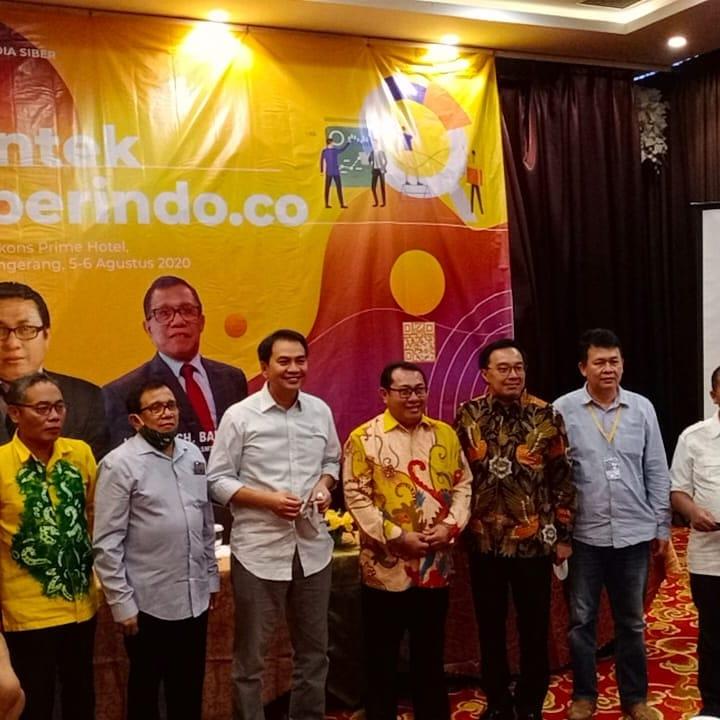 FOTO : Wakil Ketua DPR RI Azis Syamsuddin (Tengah) pada Pembukaan Bimtek untuk Penguatan News Room SMSI di Kota Tangerang, Rabu (05/08/20)