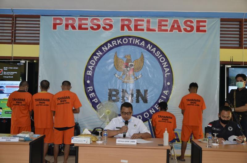FOTO : Kepala BNN Provinsi Jambi Brigjen Pol Dwi Irianto saat menggelar pres rilis di Kantor BNN Provinsi Jambi, Selasa (11/08/20).