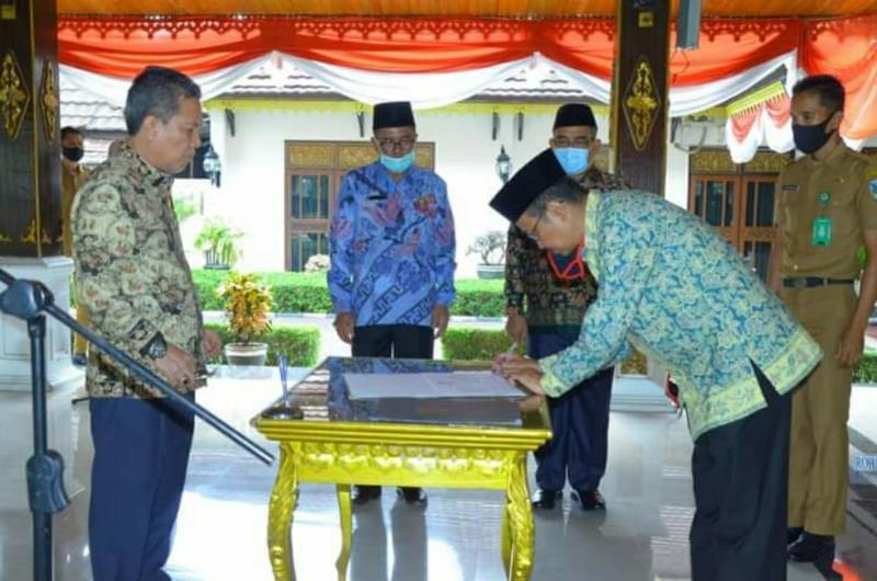 FOTO : Ir. H. Raden Muhammad Mulawarman Menandatangani Berita Acara Pelantikan Menjadi Penjabat (Pj) Sekretaris Daerah Kabupaten Batanghari, Senin (10/08/20).