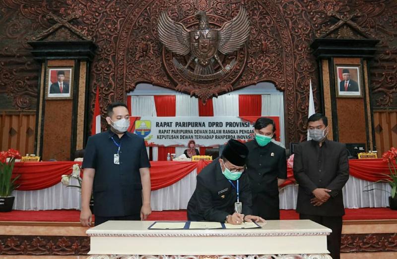 FOTO : Gubernur Jambi Dr. Fachrori Umar dan Pimpinan Dewan Perwakilan Rakyat Daerah Provinsi Jambi Menandatangai Nota Pengambilan Keputusan Dewan terhadap Ranperda Inovasi, Kamis (13/8/20).