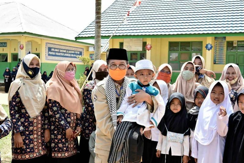 FOTO : Gubernur Jambi, H. Fachrori Umar dihadapan para santri dan pengurus Ponpes Jauharul Falah Al-Islam, Desa Sungai Terap, Kecamatan Kumpeh Ulu, Kabupaten Muaro Jambi, Kamis (13/08/20).