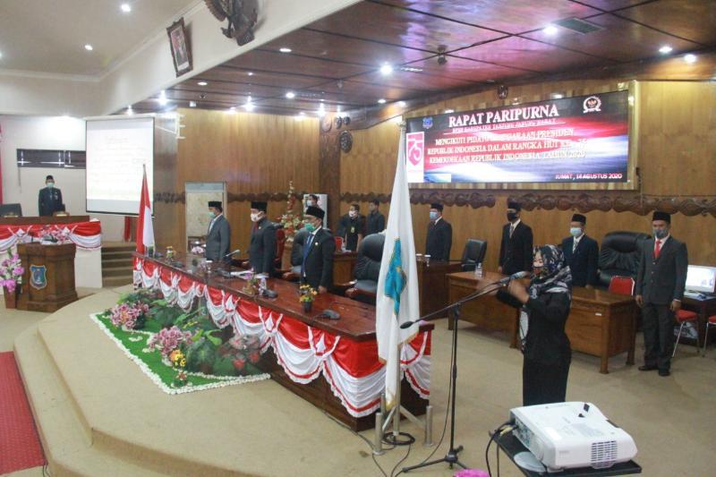 FOTO : Rapat paripurna istimewa dalam rangka mendengarkan tiga pidato kenegaraan Presiden RI dari ruang rapat utama gedung DPRD Tanjab Barat, Jum'at 14 Agustus 2020.