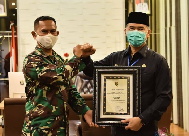 FOTO : Dandim 0415/Batanghari Kolonel Inf J. Hardiyanto Menyerahkan Penghargaan Pangdam II/Swj kepada Wali Kota Jambi H. Syarif Fasha, Jumat (14/08/20)