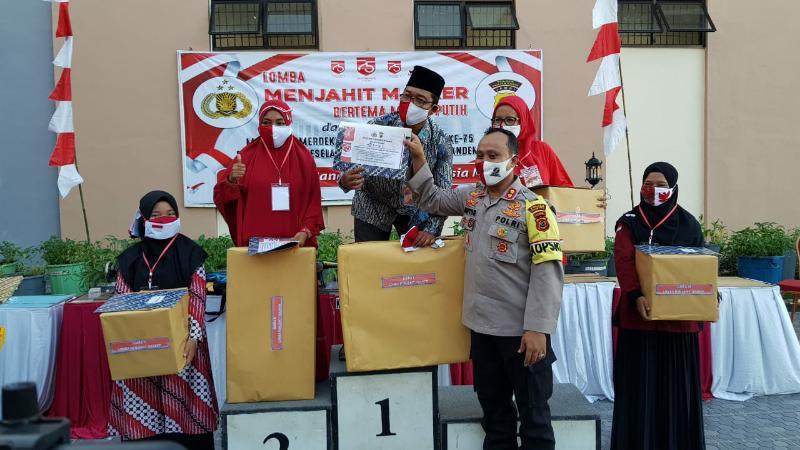 FOTO : Kapolres Tanjab Barat AKBP Guntur Saputro S.IK, MH saat Menyerahkan Hadiah Kepada Para Pemenang, Sabtu (15/08/20)