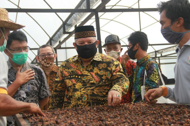 FOTO : Bupati Tanjung Jabung Barat Dr. H. Safrial, MS pada Kegiatan Peresmian Gedung Produksi Industri Kopi Liberika Tungkal Jambi yang berada di Kelurahan Mekar Jaya Kecamatan Betara, Minggu (16/08/20)