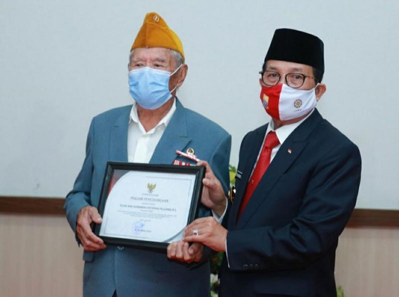 FOTO : Gubernur Jambi H. Fachrori Umar Memberikan Piagam Penghargaan kepada Bapak Guan San Gunawan di Museum Perjuangan Rakyat Jambi, Senin (17/08/20).