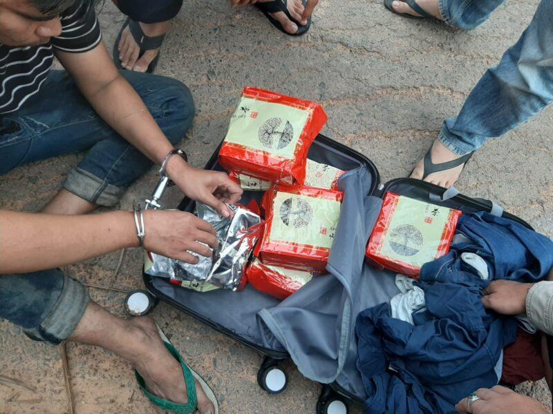 FOTO : Petugas BNNP Jambi Saat Memeriksa Barang Bukti Diduga Shabu-Shabu yang Dibawa oleh Keempat Pelaku.