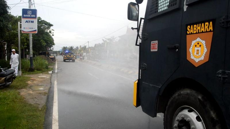 FOTO : Mobil Water Canon / AVC Polres Tanjab Barat Melakukan Penyemprotan Disinfektan disekitar di Rumah Sakit Umum Daerah (RSUD) KH. Daud Arif, Selasa (18/08/20)