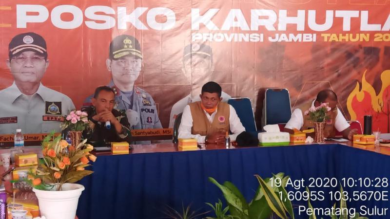 FOTO : Danrem 042/Gapu Brigjen TNI M. Zulkifli pada Kegiatan Briefing Posko Satuan TugasKarhutla Prov. Jambi di kantor BPBD Prov Jambi, Rabu (19/08/20).