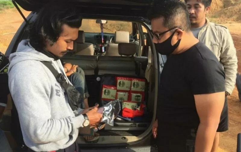 FOTO : Petugas BNNP Jambi Saat Memeriksa Barang Bukti Diduga Shabu-Shabu yang Dibawa Keempat Pelaku NZ RY, MY dan MD.