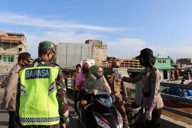FOTO : Aparat Gabungan Saat Laksanakan Giat Himbauan Protokol Kesehatan di WFC Kuala Tungkal, Kamis (20/08/20).