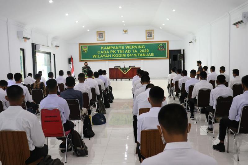 FOTO : Dandim 0419/ Tanjab Letkol Inf Erwan Susanto S.IP Pada Acara Arahan dan Pembekalan pada Casis Bintara PK TNI AD di Mkodim 0419/Tanjab, Rabu (19/08/20)