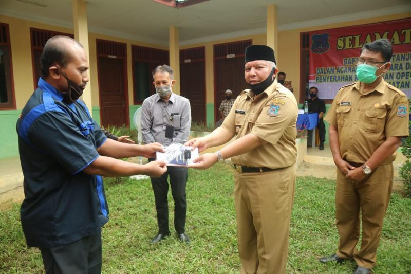 FOTO : Bupati Safrial Saat Serahkan Kunci Bantuan Kendaraan Operasional Inseminasi Buatan Bank Jambi, Selasa (25/08/20)