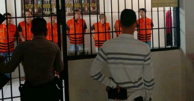 FOTO : Kejaksaan Negeri Tanjung Jabung Barat Saat Melimpahkan 10 Tahanan Titipan di Polres Tanjung Jabung Barat ke Lapas Klas II B Kuala Tungkal di Bram Itam.