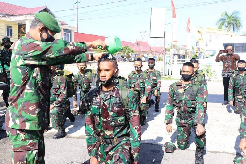FOTO : 15 Tantama Remaja Menjakani Tradisi Masuk Satuan di Kodim 0419/Tanjab, Jumat (28/08/20).