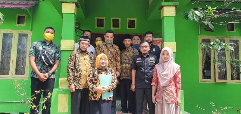 FOTO : Pemberian BLT DD Tahap VI Terhadap 81 KPM di Kantor Desa Bram Itam Kanan, Kecamatan Bramitan, Kamis (27/08/20).
