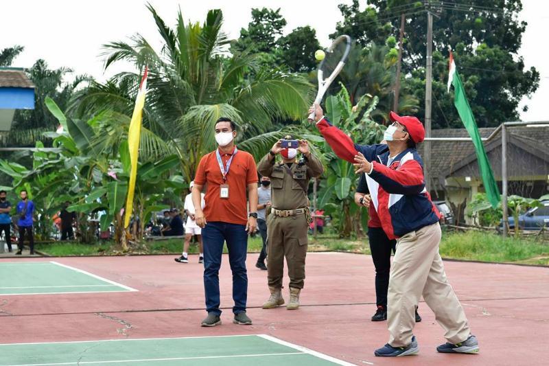 FOTO : Gubernur Jambi H. Fachrori Umar ketika Membuka Open Tournament Tenis Lapangan Gubernur Cup III Tahun 2020 di Lapangan Tenis BPSDMP Provinsi Jambi, Sabtu (29/08/20)