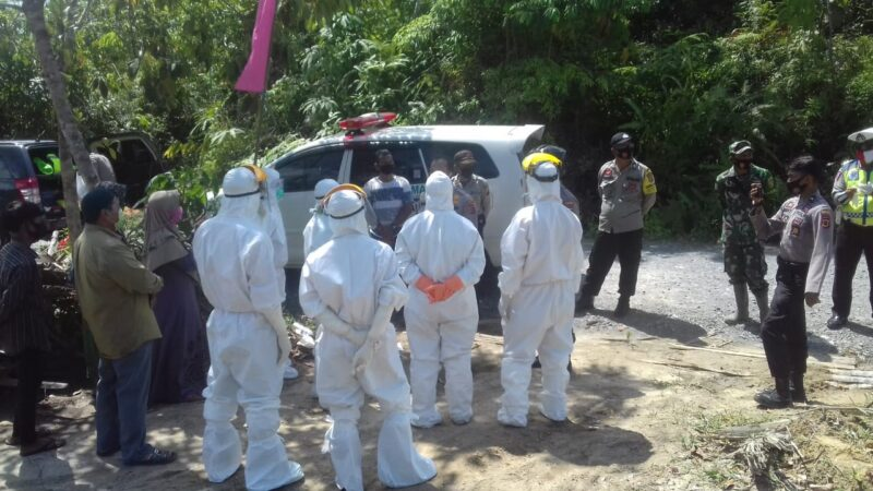 FOTO : Petugas Sedang Prosesi Pemakaman Pasien di Pemakaman Pemkab Tanjab Barat, Minggu (30/08/20)