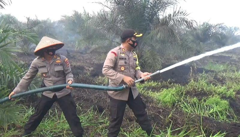 FOTO : Kapolres Tanjab Barat AKBP Guntur Saputro, SIK, MH Beraama Dandim 0419/Tanjab Letkol Inf Erwan Susanto, S.IP Melakukan Upaya Pemadaman.