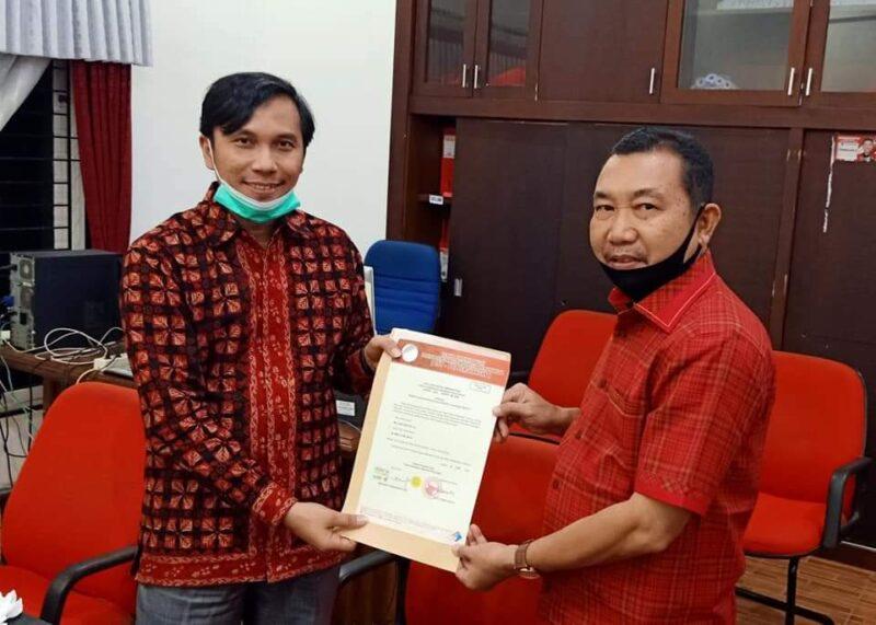 FOTO : Hamdani, SE saat Menerima Blangko B1 KWK PDIP dari Ketua DPD PDIP Provinsi Jambi Edi Purwanto untuk Pasangan Mulia.